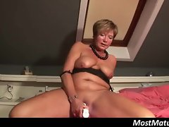Mature lady toying her pussy with vibrator