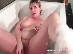 Mature tramp dildoes pussy in bathtub